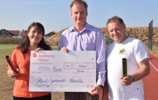 Lisa Criseo-Brack und Bernd Druschel (rechts) freuen sich über jeweils 1.500 Euro, die Martin Forchheim (Mitte), Schulleiter der Paul-Gerhardt-Schule, an die beiden gemeinnützigen Vereine weitergab.