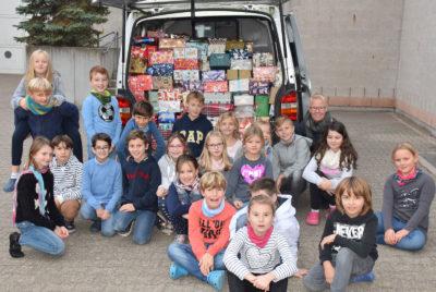 307 Päckchen für bedürftige Familien und Kinder spendeten Grundschüler und Schüler aus den weiterführenden Schulzweiegn an der Hanauer Paul-Gerhardt-Schule an die Hanauer Tafel.