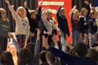 Mit einer Andacht und einem an den Heiligen St. Martin erinnernden Singspiel stellten die Grundschüler der 3b den ehrenwerten Gedanken des Teilens in den Mittelpunkt.
