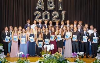 Die Abiturienten der Paul-Gerhardt-Schule Hanau holten sich zum Finale der Akademischen Feier die Zeugnisse der Allgemeinen Hochschulreife ab. Bildquelle: Noel Kachouh